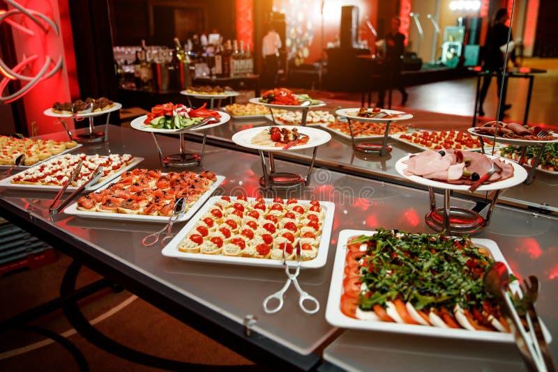 το πιάτο dof συμποσίου έστρεψε ένα εστιατόριο ρηχό Διάφορες λιχουδιές, πρόχειρα φαγητά στο γεγονός gala στοκ εικόνες με δικαίωμα ελεύθερης χρήσης