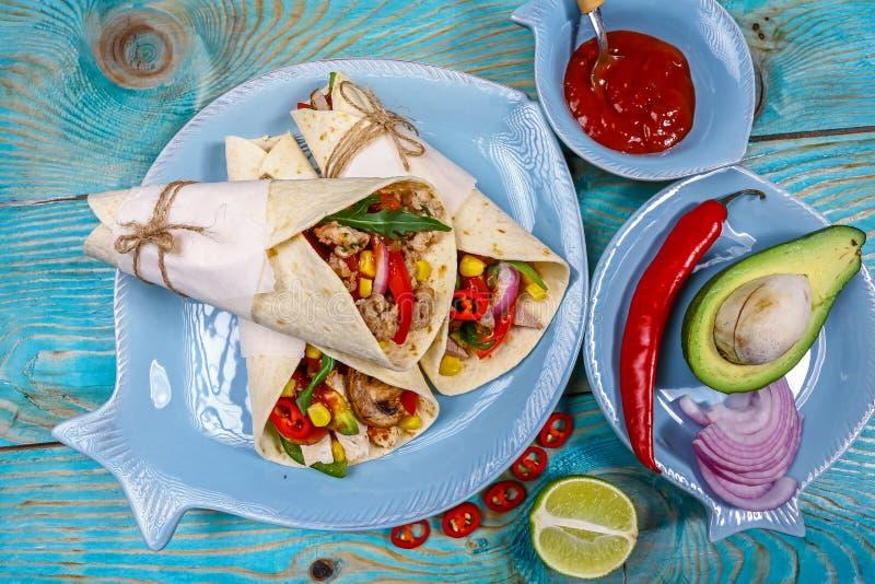 Το πιπέρι, quinoa φασολιών καλαμποκιού μαύρο Tortilla burritos, στριμώχνει τους στριμμένους ρόλους Τοπ όψη στοκ εικόνες