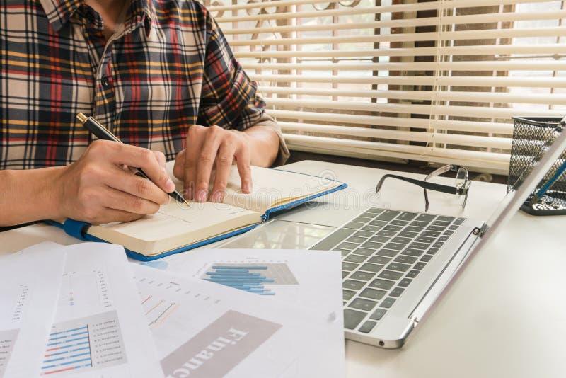 Το πλάνισμα χρηματοδότησης έννοιας και αναλύει τη διαχείριση στοκ εικόνα