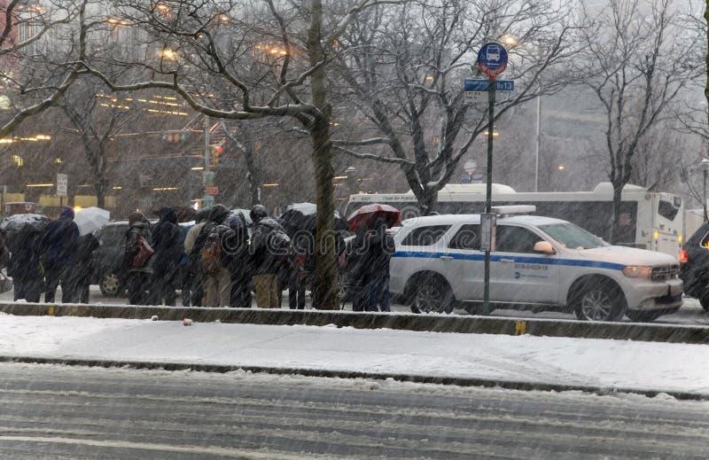 Το πλήθος των ανθρώπων περιμένει το λεωφορείο σε μια στάση λεωφορείου Bronx στη Νέα Υόρκη στοκ φωτογραφίες με δικαίωμα ελεύθερης χρήσης