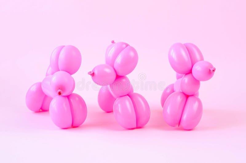 Το πλήθος των μπαλονιών υπό μορφή ροζ σκυλιών στοκ εικόνα με δικαίωμα ελεύθερης χρήσης