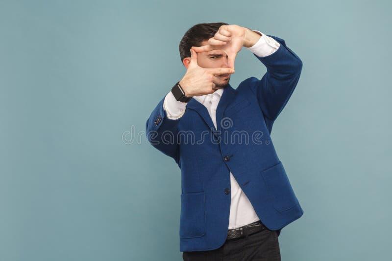 Το πλαίσιο κοιτάζει Άτομο που παρουσιάζει με το χέρι το πλαίσιο φωτογράφων στοκ φωτογραφίες με δικαίωμα ελεύθερης χρήσης