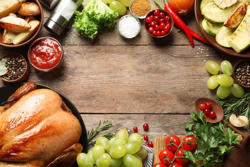Το πλαίσιο της μαγειρευμένης Τουρκίας με τα λαχανικά, τα χορτάρια και τα καρυκεύματα στο ξύλινο υπόβαθρο, επίπεδο βρέθηκε στοκ φωτογραφίες με δικαίωμα ελεύθερης χρήσης