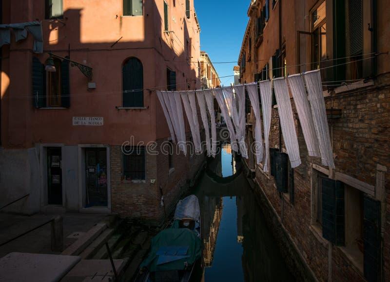 Το πλυντήριο είναι ξηρό σε ένα σχοινί Βένετο Ιταλία στοκ φωτογραφίες με δικαίωμα ελεύθερης χρήσης