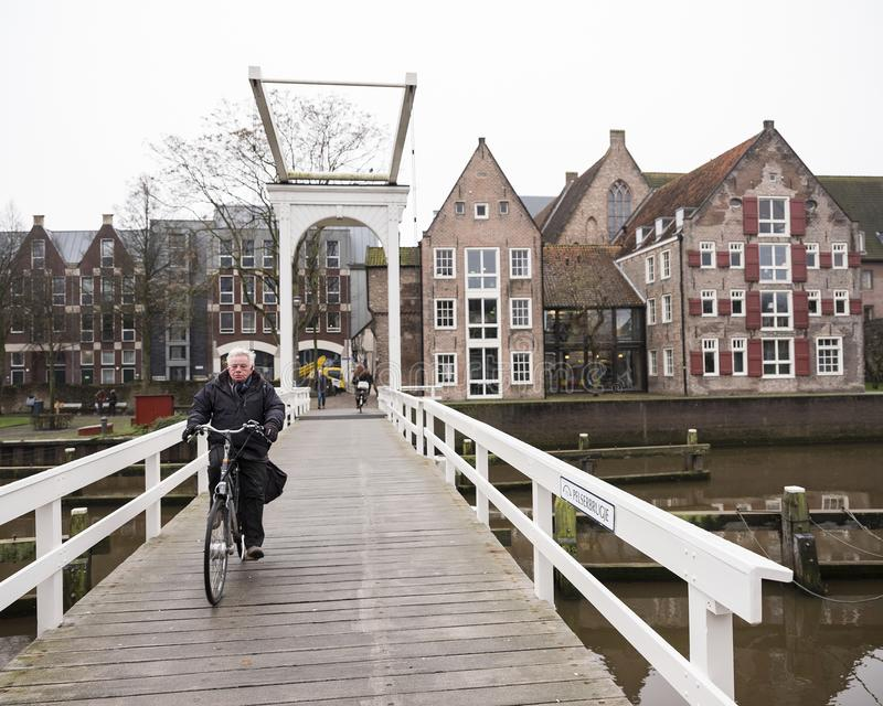 Το ποδήλατο διασχίζει παλαιό ξύλινο drawbridge στην ολλανδική πόλη του zwolle στοκ εικόνες