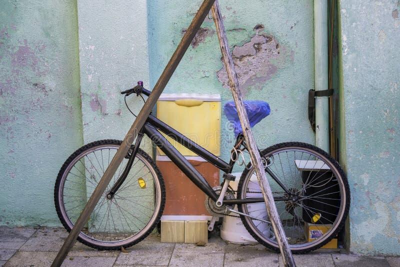 Το ποδήλατο σε το είναι γκαράζ, Burano, Ιταλία στοκ εικόνες