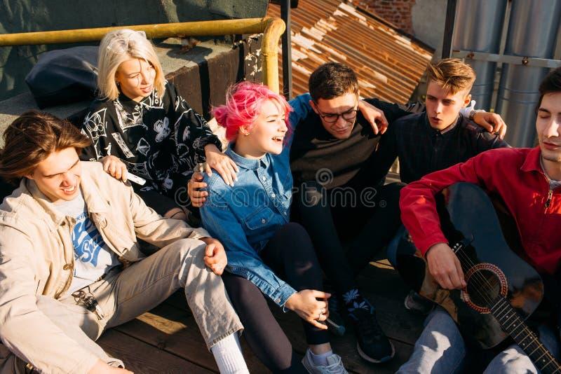 Το πολυσύχναστο μέρος φίλων τραγουδά στον ελεύθερο τρόπο ζωής το αστικό hipster στοκ εικόνα