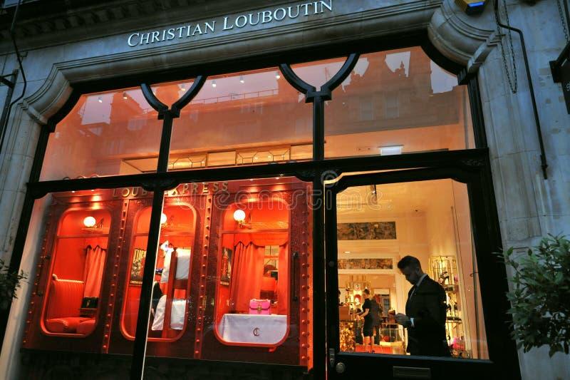 Το πολυτελές κατάστημα μόδας Christian Louboutin στο Λονδίνο της Αγγλίας στοκ φωτογραφία με δικαίωμα ελεύθερης χρήσης