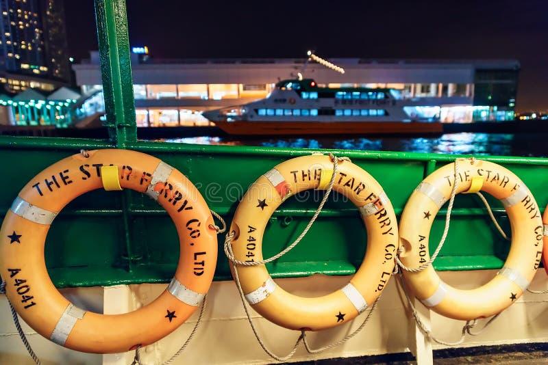 Το πορθμείο αστεριών είναι χειριστής υπηρεσιών πορθμείων επιβατών και ένα τουριστικό αξιοθέατο στο Χονγκ Κονγκ Οι σημαντήρες ζωής στοκ εικόνα