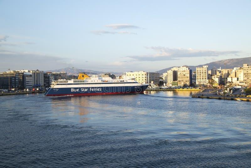 Το πορθμείο φθάνει στο λιμάνι του Πειραιά, Αθήνα, Ελλάδα - το Μάιο του 2014 στοκ εικόνες με δικαίωμα ελεύθερης χρήσης