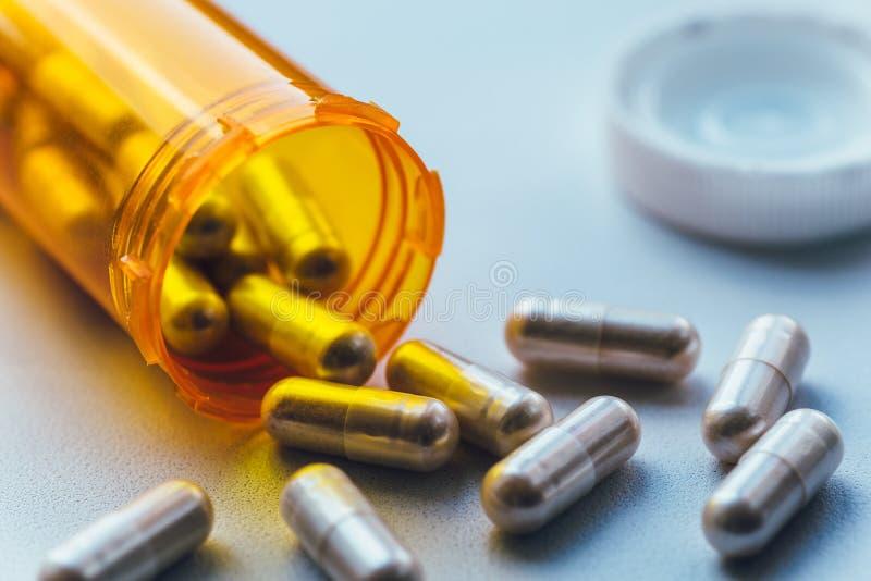 Το πορτοκαλί μπουκάλι με τα χάπια, κλείνει επάνω Έννοια φαρμάκων και φαρμακείων ιατρικής στοκ φωτογραφία