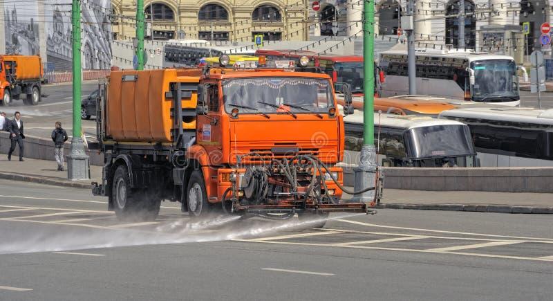 Το πορτοκαλί χρώμα μηχανών ποτίσματος πλένει τις οδούς της Μόσχας στοκ φωτογραφία