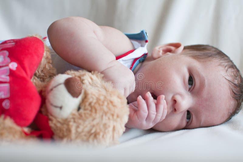 Το πορτρέτο λίγου μωρού με το παιχνίδι αντέχει στοκ εικόνα με δικαίωμα ελεύθερης χρήσης