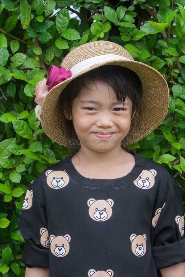 Το πορτρέτο βλαστών του ασιατικού παιδιού σταθμεύει δημόσια στοκ φωτογραφία