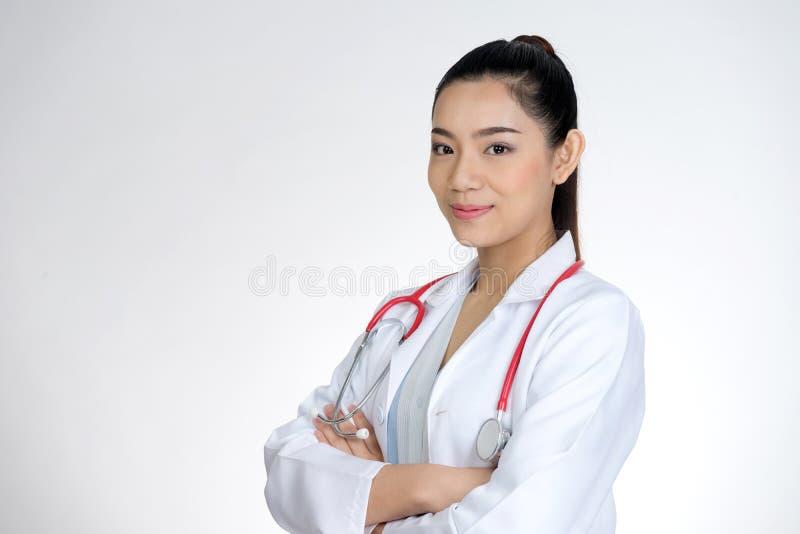 Το πορτρέτο γιατρών γυναικών θέτει και ευτυχές χαμόγελο στοκ εικόνα με δικαίωμα ελεύθερης χρήσης