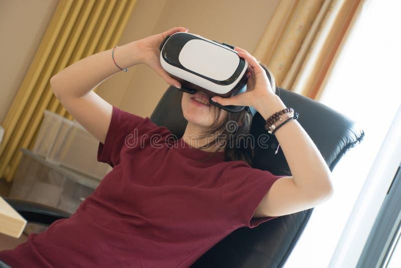 Το πορτρέτο ενός αρκετά νέου καυκάσιου κοριτσιού που χρησιμοποιεί vr εγκιβωτίζει για την τρισδιάστατη πραγματικότητα στοκ εικόνα