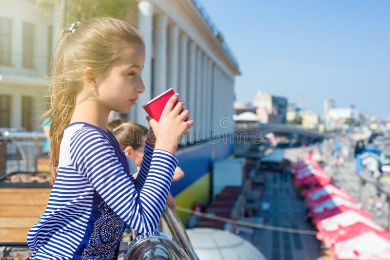 Το πορτρέτο ενός δροσερού κοριτσιού 10 χρονών, στο σχεδιάγραμμα, πίνει από το α στοκ εικόνες