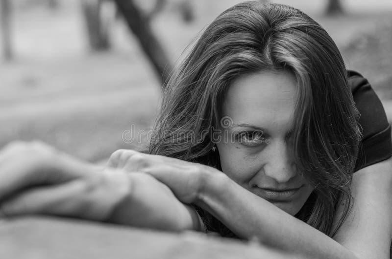 Το πορτρέτο ενός νέου γοητευτικού κοριτσιού με σαγηνευτικό έναν σεξουαλικό κοιτάζει κατά τη διάρκεια ενός περιπάτου στο πάρκο Str στοκ εικόνα
