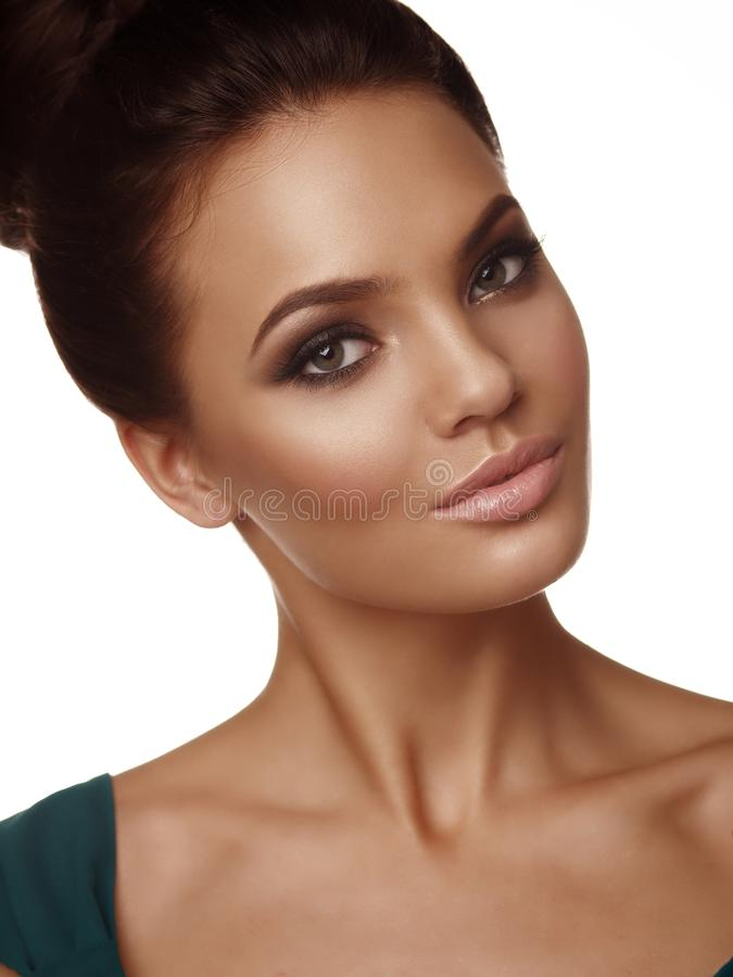 Το πορτρέτο ενός νέου όμορφου κοριτσιού με τη συλλεχθείσα τρίχα και εκφραστικός αποτελεί στο άσπρο υπόβαθρο στοκ εικόνες με δικαίωμα ελεύθερης χρήσης