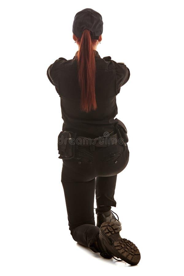 Το πορτρέτο κινηματογραφήσεων σε πρώτο πλάνο μιας γυναίκας αστυνομικός θέτει για τη κάμερα που απομονώνεται στο άσπρο υπόβαθρο στοκ εικόνες