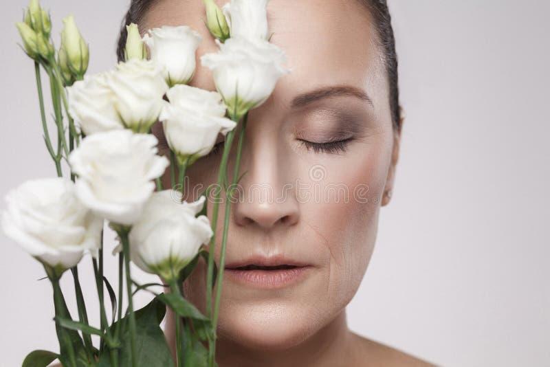 Το πορτρέτο κινηματογραφήσεων σε πρώτο πλάνο της ώριμης όμορφης γυναίκας με το τέλειο δέρμα και οι ηλικίας ρυτίδες είναι αδύνατα  στοκ εικόνες