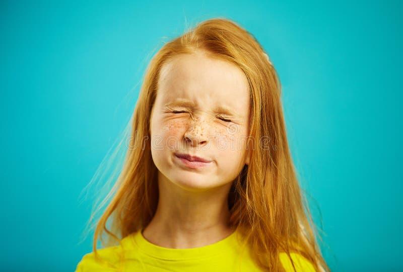 Το πορτρέτο κινηματογραφήσεων σε πρώτο πλάνο του κοριτσιού παιδιών με την κόκκινη τρίχα έκλεισε τα μάτια της, σκεπτόμενος, επιθυμ στοκ εικόνες με δικαίωμα ελεύθερης χρήσης