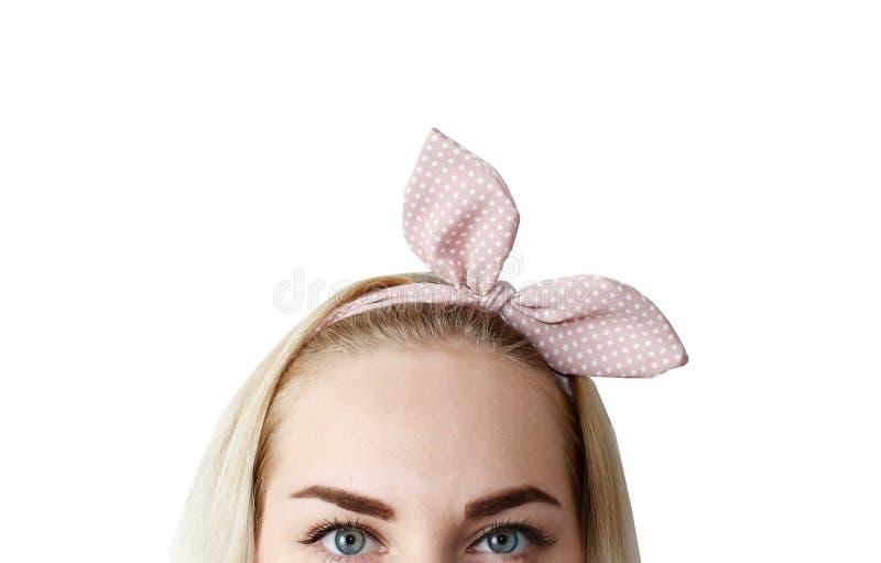 Το πορτρέτο ομορφιάς μιας νέας υγιούς ελκυστικής ξανθής στάσης γυναικών που απομονώνεται πέρα από το άσπρο υπόβαθρο, κλείνει επάν στοκ φωτογραφία με δικαίωμα ελεύθερης χρήσης