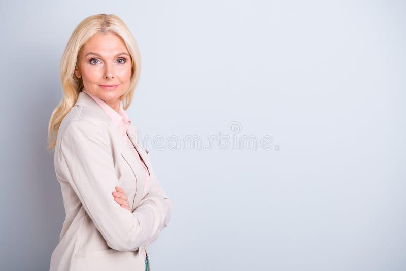 Το πορτρέτο πλάγιας όψης σχεδιαγράμματος των συμπαθητικών ελκυστικών καλών επιτυχών ικανοποιημένων γκρίζος-μαλλιαρών businesslady στοκ εικόνα