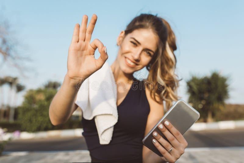 Το πορτρέτο που παρακινήθηκε διέγειρε την ευτυχή νέα γυναίκα sportswear στο χαμόγελο, εκφράζοντας τη θετική σκέψη στη κάμερα το η στοκ εικόνα με δικαίωμα ελεύθερης χρήσης