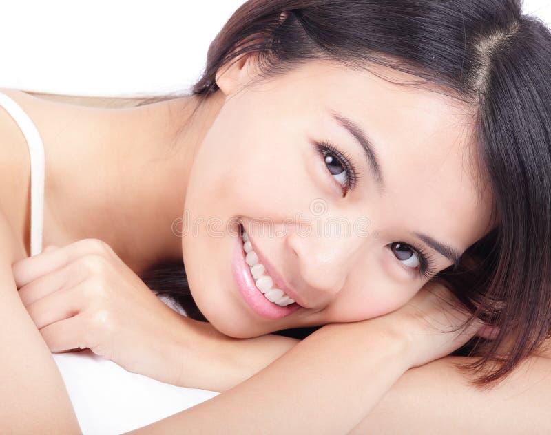 το πορτρέτο προσώπου θέτει χαλαρώνει τη γυναίκα χαμόγελου στοκ εικόνες
