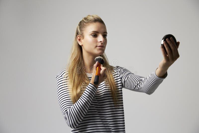 Το πορτρέτο στούντιο του θηλυκού αποτελεί τον καλλιτέχνη στοκ φωτογραφίες