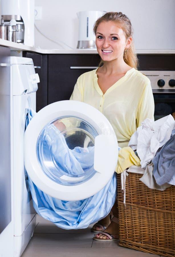 Το πορτρέτο της λήψης νοικοκυρών ντύνει έξω το πλυντήριο στοκ εικόνα με δικαίωμα ελεύθερης χρήσης