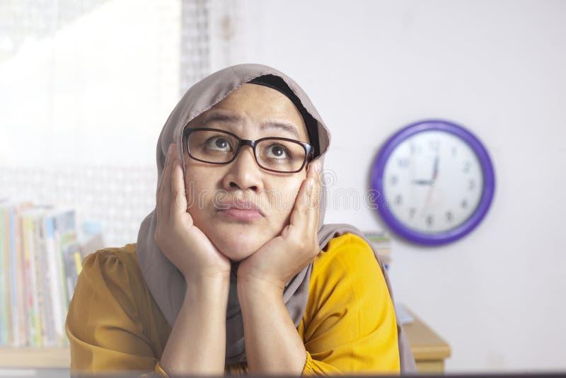 Η μουσουλμανική επιχειρηματίας παρουσιάζει χειρονομία σκέψης στοκ φωτογραφίες με δικαίωμα ελεύθερης χρήσης