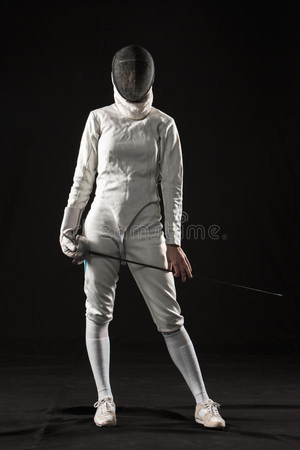 Το πορτρέτο της γυναίκας που φορά το άσπρο περιφράζοντας κοστούμι στο Μαύρο στοκ φωτογραφίες