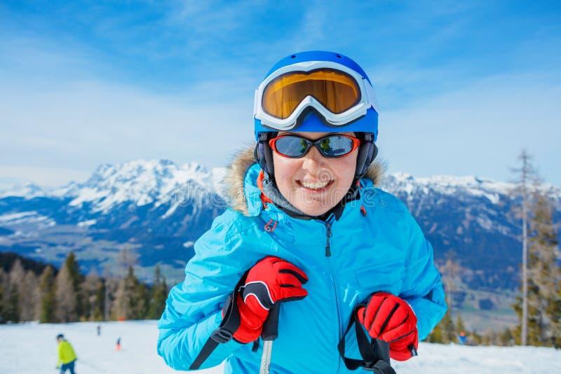 Το πορτρέτο της γυναίκας σκιέρ απολαμβάνει το χειμερινό χιονοδρομικό κέντρο στοκ φωτογραφία με δικαίωμα ελεύθερης χρήσης