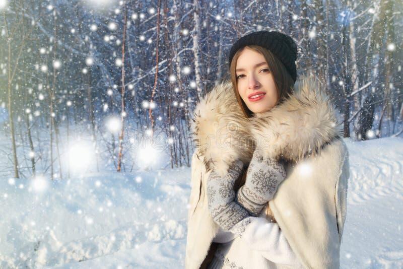 Το πορτρέτο της ευτυχούς νέας γυναίκας έχει τη διασκέδαση στην όμορφη ηλιόλουστη χειμερινή ημέρα στοκ εικόνα με δικαίωμα ελεύθερης χρήσης