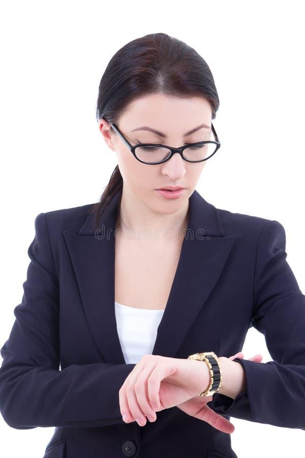 Το πορτρέτο της νέας επιχειρηματία ελέγχει το χρόνο στο wristwatch της ι στοκ εικόνες