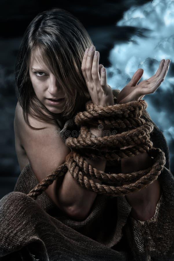 Άγρια γυναίκα με τα εμπλεγμένα χέρια στοκ εικόνα με δικαίωμα ελεύθερης χρήσης