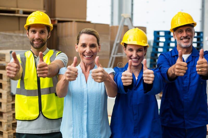 Το πορτρέτο της παρουσίασης διευθυντών και εργαζομένων αποθηκών εμπορευμάτων φυλλομετρεί επάνω στοκ φωτογραφία