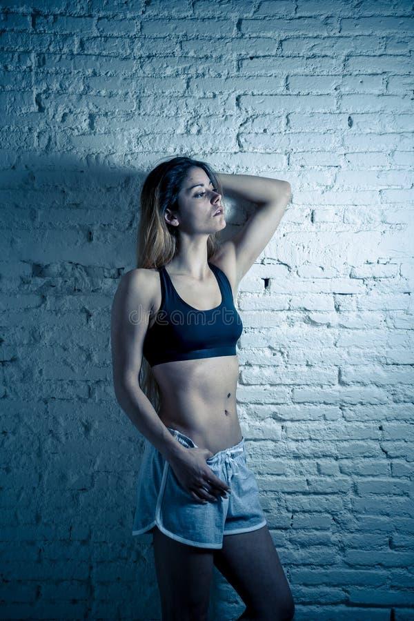 Το πορτρέτο της προκλητικής φίλαθλης όμορφης γυναίκας στον αθλητισμό ντύνει να φανεί αισθησιακό και κατάλληλο στοκ φωτογραφίες με δικαίωμα ελεύθερης χρήσης
