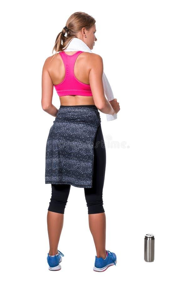Το πορτρέτο της φίλαθλης νέας γυναίκας κούρασε μετά από μια γυμναστική workout στοκ φωτογραφία με δικαίωμα ελεύθερης χρήσης