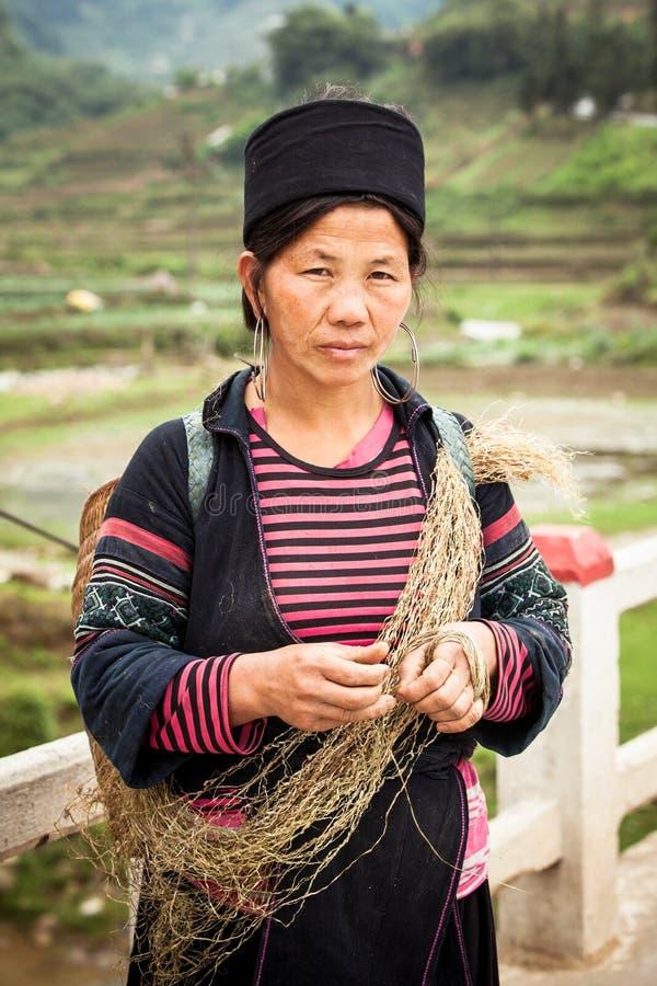 Το πορτρέτο της φυλετικής γυναίκας Hmong στα εθνικά ενδύματα στοκ εικόνες