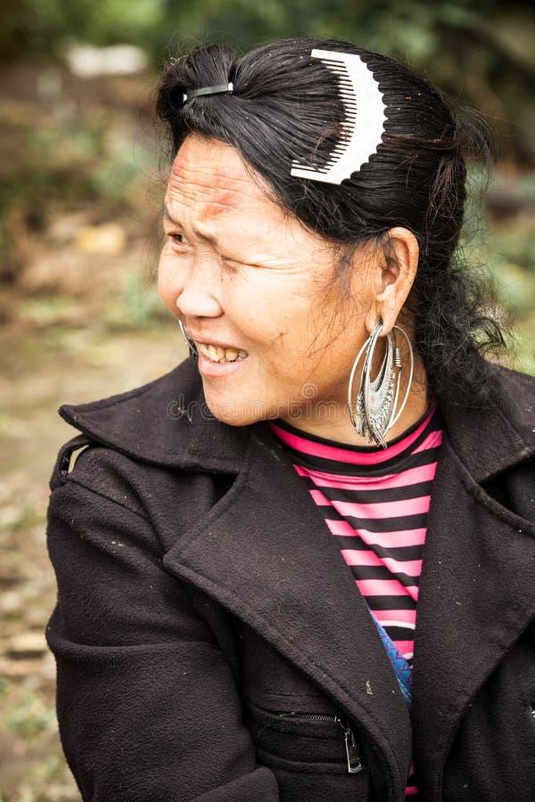 Το πορτρέτο της φυλετικής γυναίκας Hmong στοκ εικόνες