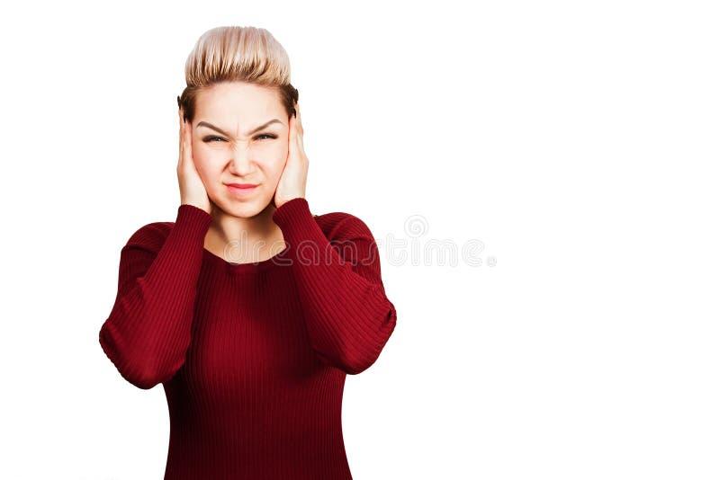 Το πορτρέτο της όμορφης νέας γυναίκας κλείνει τα αυτιά o στοκ εικόνες