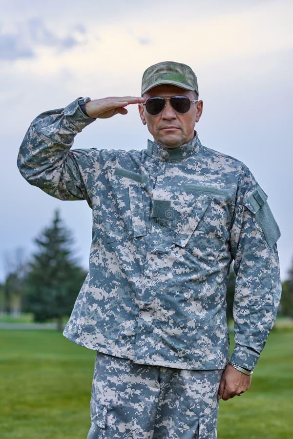 Το πορτρέτο του αυστηρού καυκάσιου στρατιώτη χαιρετίζει στοκ φωτογραφίες