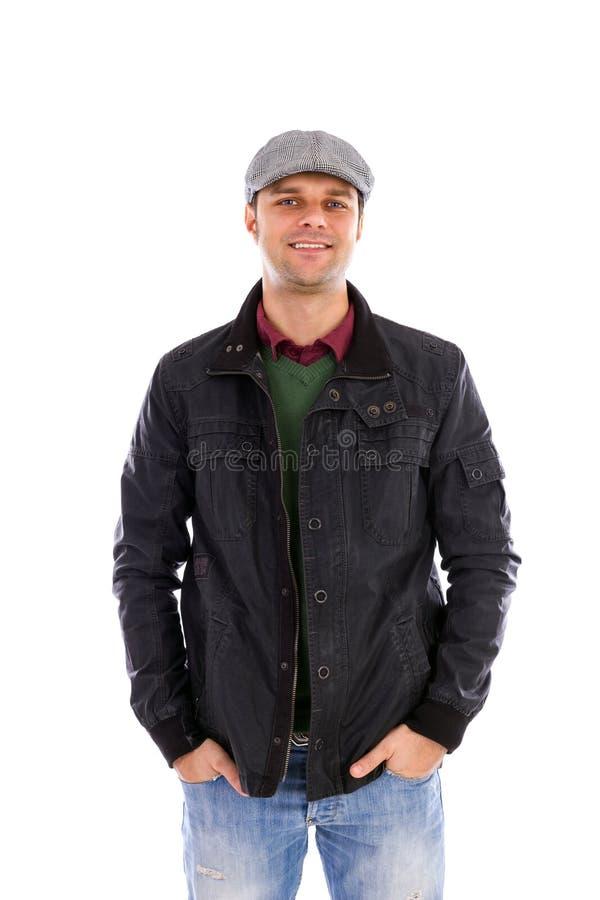 Το πορτρέτο του ευτυχούς όμορφου νεαρού άνδρα με παραδίδει τις τσέπες στοκ εικόνες με δικαίωμα ελεύθερης χρήσης