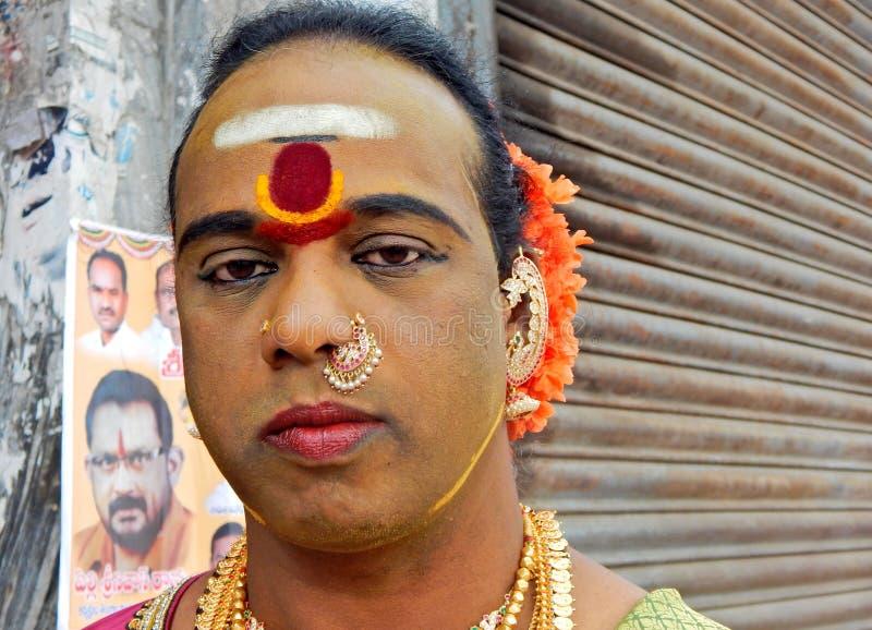 Το πορτρέτο του ινδικού ινδού άνδρα έντυσε ως γυναίκα έξω από το ναό κατά τη διάρκεια Bonalu ένα τελετουργικό στοκ εικόνα με δικαίωμα ελεύθερης χρήσης