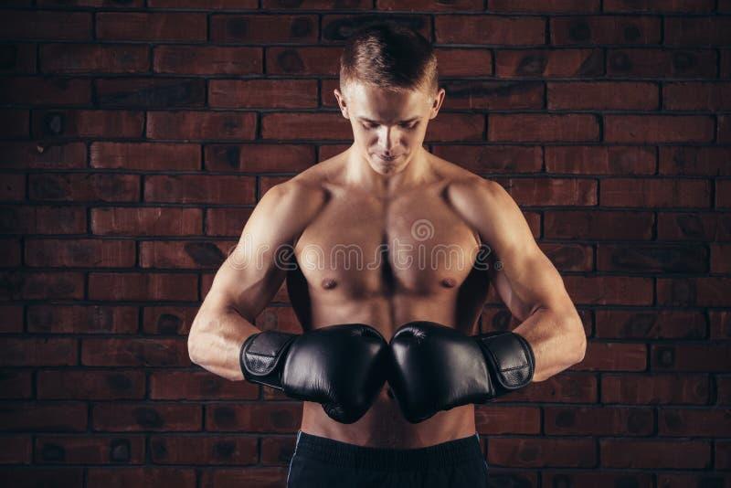 Το πορτρέτο του μαχητή mma στον εγκιβωτισμό θέτει ενάντια στο τουβλότοιχο στοκ εικόνα