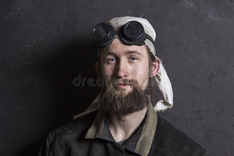 Το πορτρέτο του μεταλλουργού που φορά τα γυαλιά προστατευτικών προστατευτικών διόπτρων στοκ εικόνες