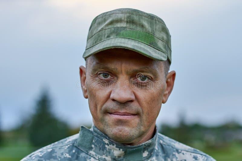 Το πορτρέτο του σοβαρού προσώπου στρατιωτών, κλείνει επάνω στοκ φωτογραφία